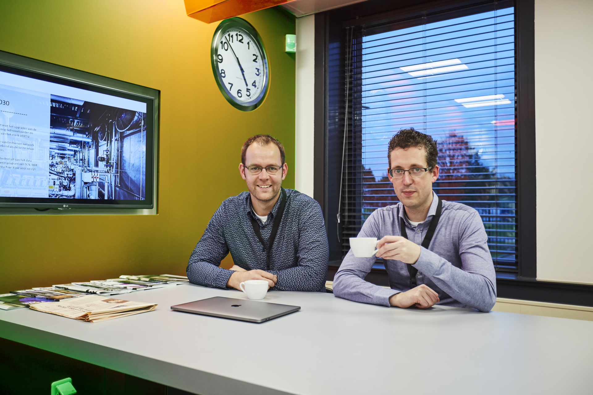 Durk en Matthijs met een kopje koffie